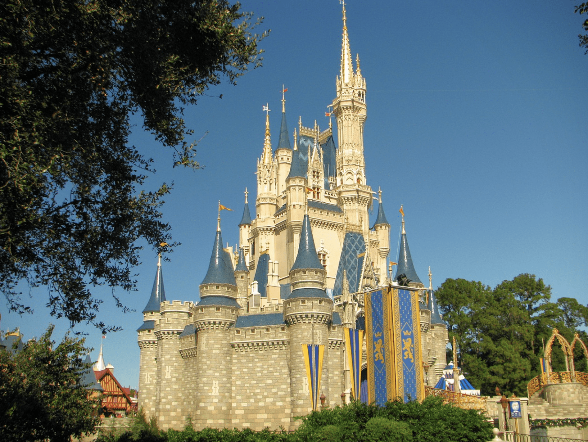 Disney Dining does not need to break the bank. Check out these tips to save money on your food at Disney World.